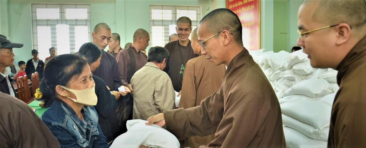 Học viện PGVN tại Huế thăm và tặng quà đến bà con khó khăn tại Phú Vang