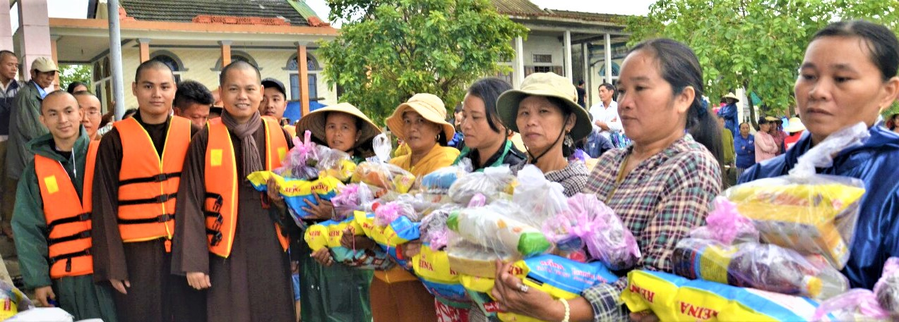 Tặng 350 suất quà cứu trợ đến bà con vùng lũ