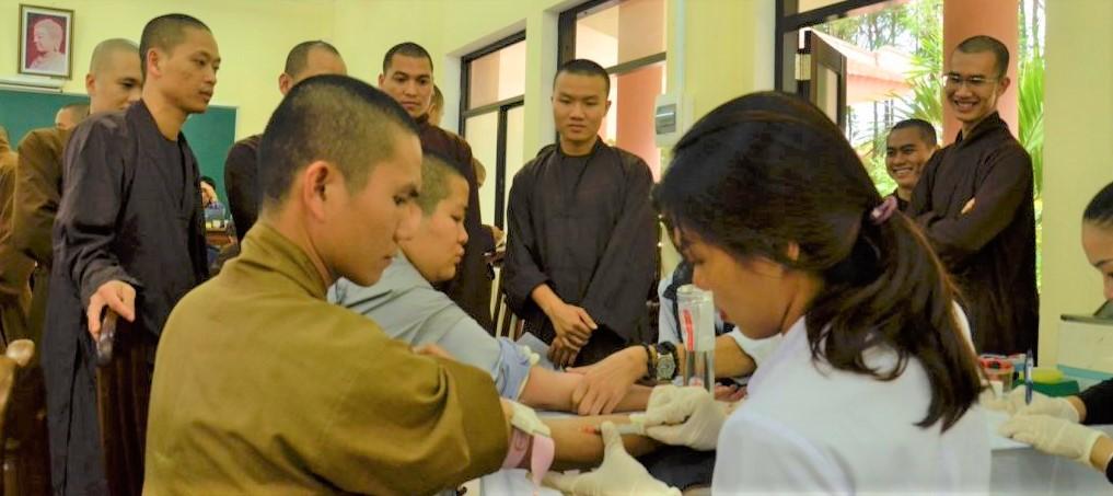Tăng Ni sinh Học viện PGVN tại Huế hưởng ứng chương trình hiến máu nhân đạo