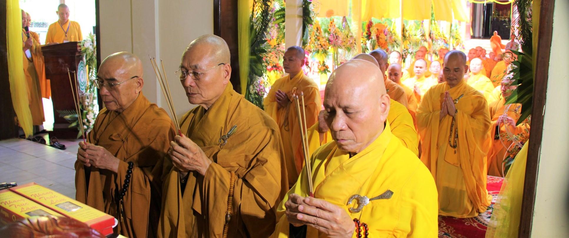 Học viện PGVN tại Huế phúng viếng lễ tang cố HT. Thích Trí Hải